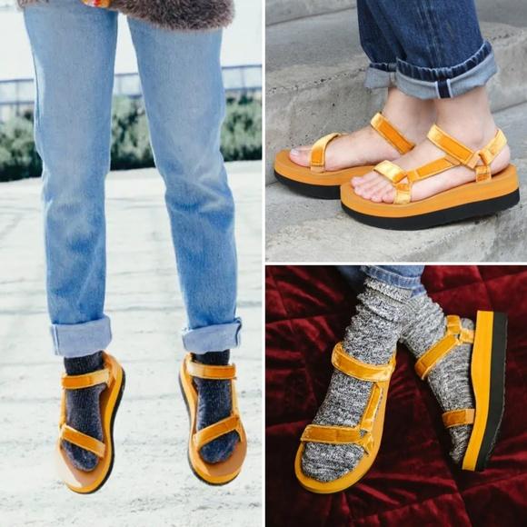 da8c5685d64 Teva Flatform Universal Velvet Sandals. M 5bbe9778bb76158a2a421526